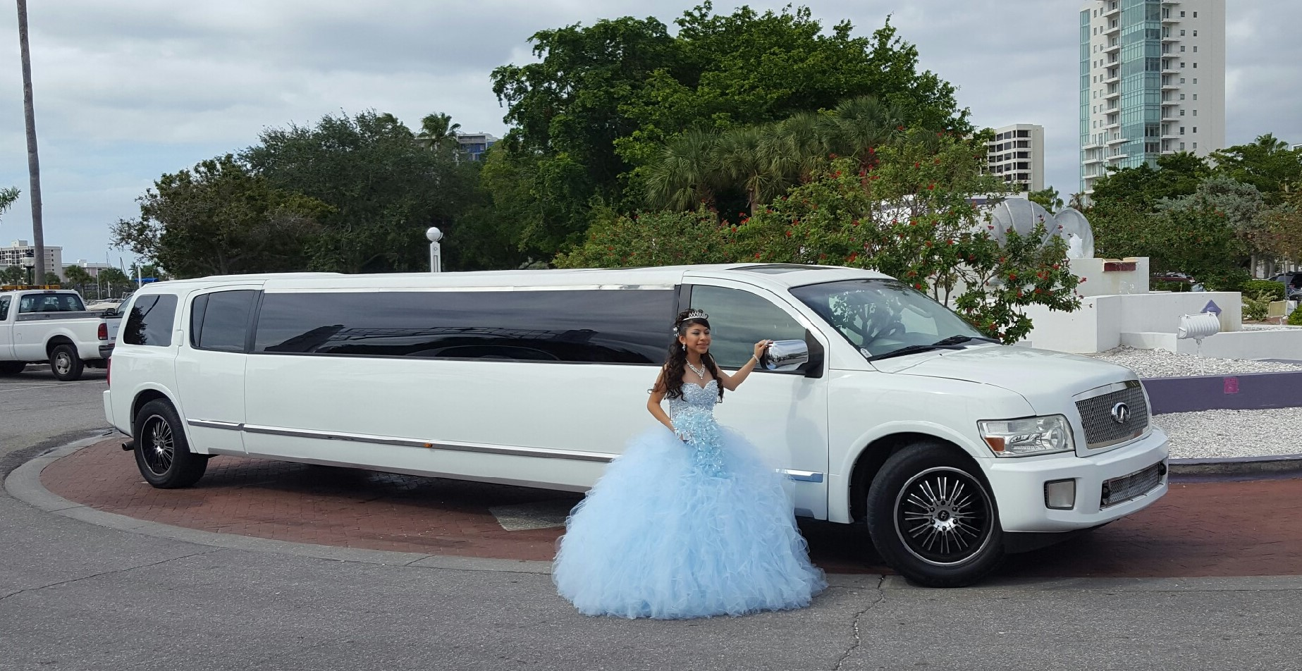 Infiniti Limo at Quinceanera